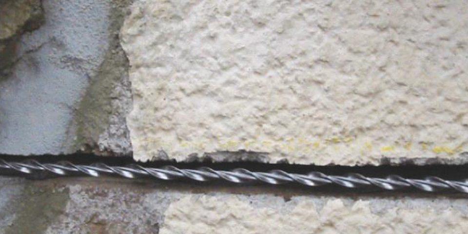Wzmacnianie murów kotwami spiralnymi